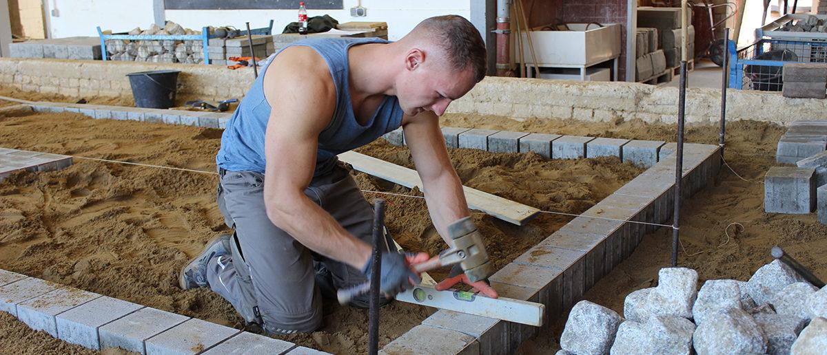 Straßenbauer Constantin Reif beim Leistungswettbewerb PLW. Reif ist so gut, dass er am Bundeswettbewerb teilnehmen kann.