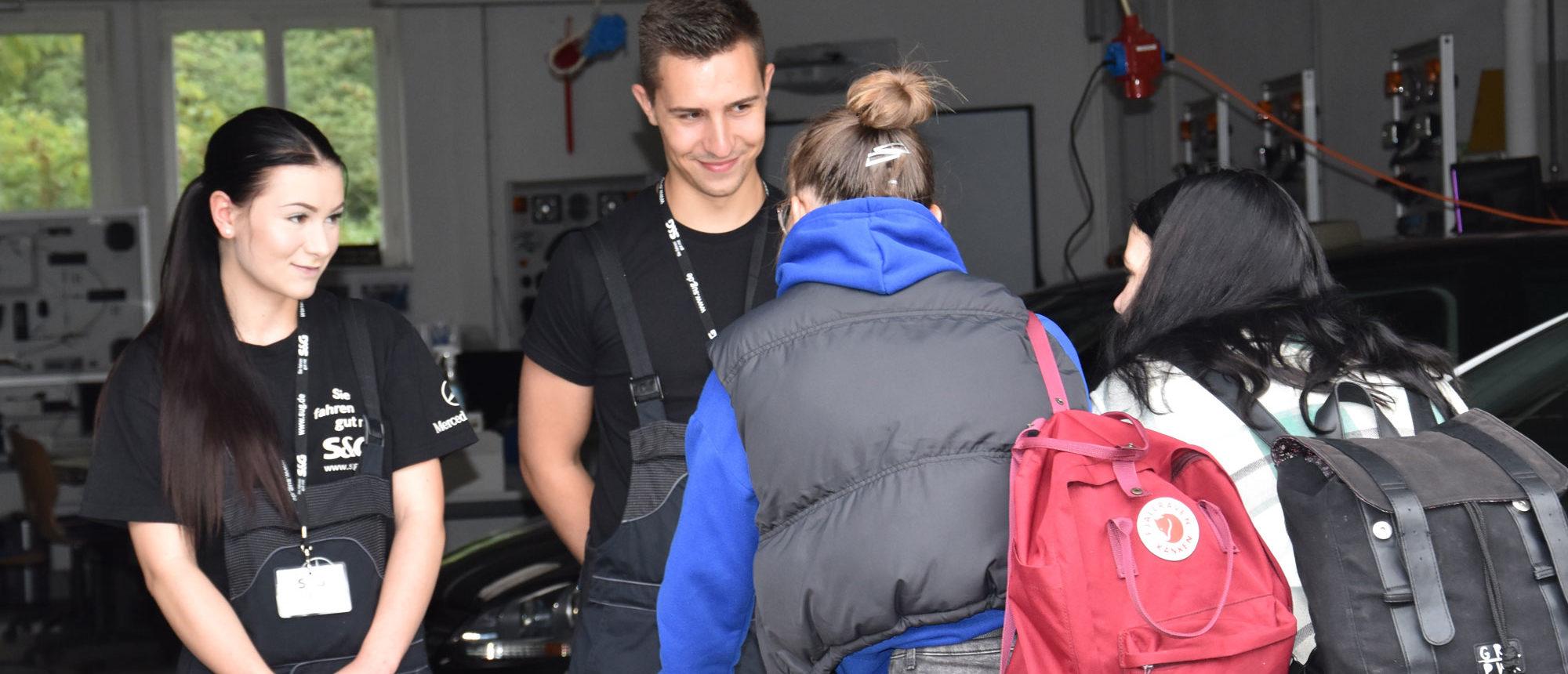 Mia und Ryan, Auszubildende der S&G Automobil GmbH, informieren über den Beruf der Kfz-Mechatronikerin bzw. des Kfz-Mechatronikers.