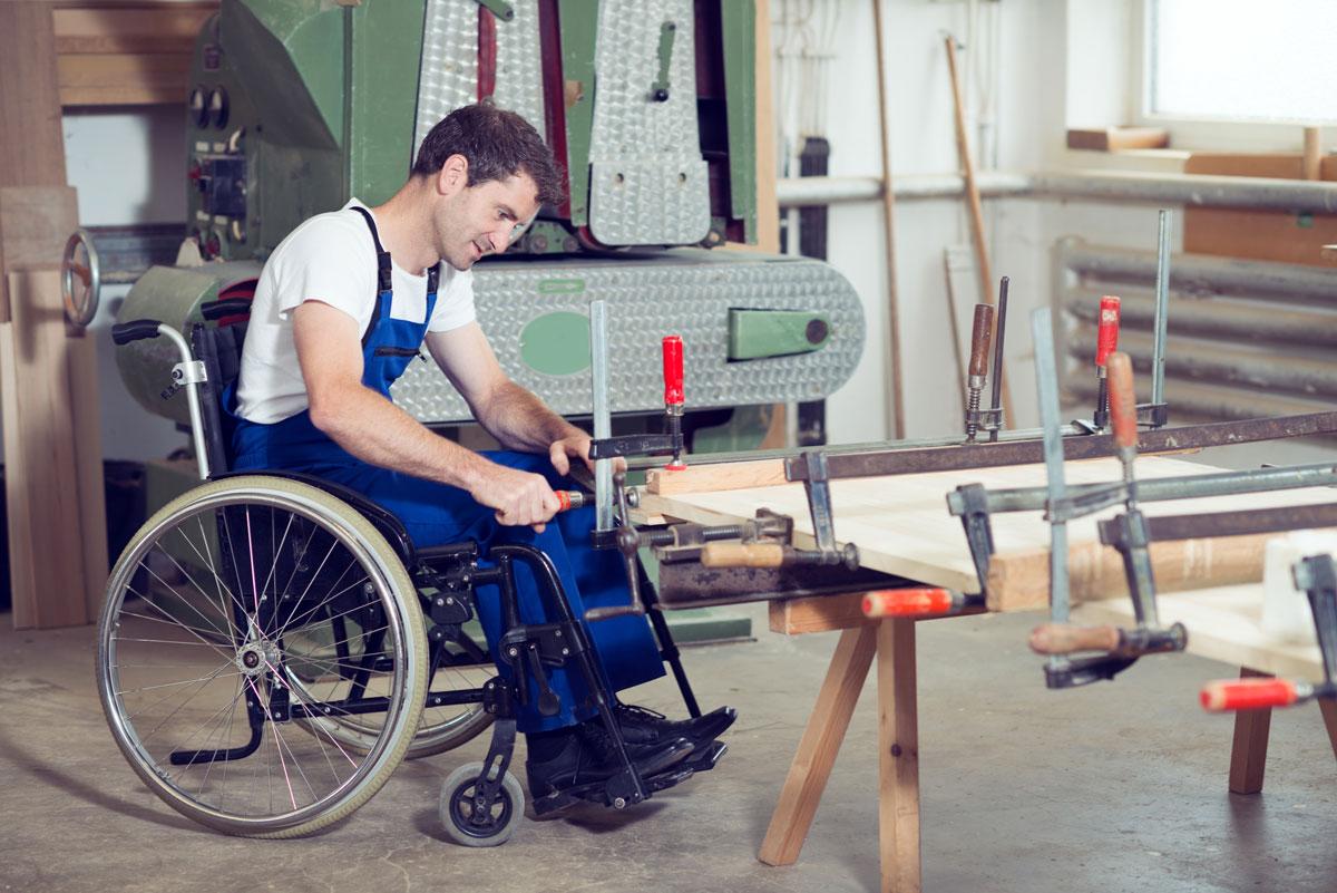 Tischler im Rollstuhl