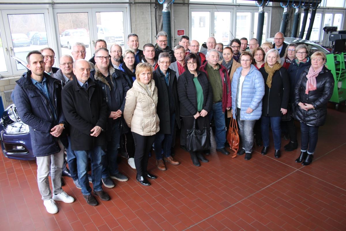 Alle Mitglieder des neuen Berufsbildungsausschusses in der Kfz-Werkstatt