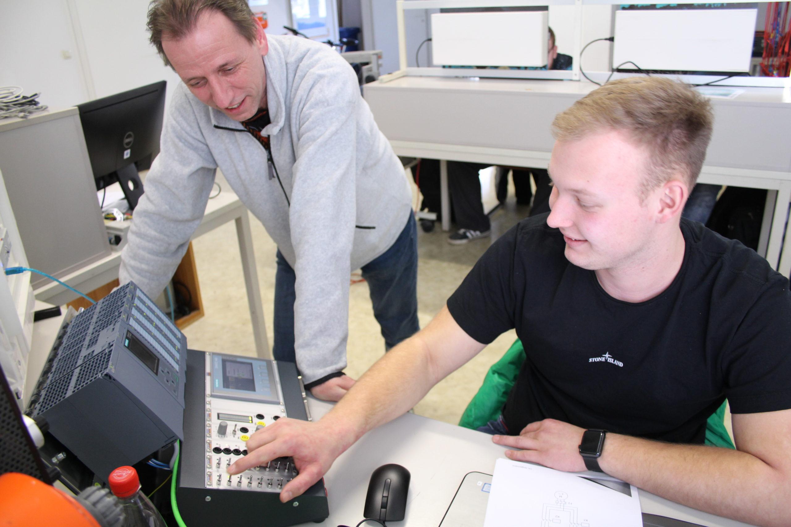 Direkt im Einsatz: Christian Angermann, Ausbildungsleiter Elektro, zeigt den Auszubildenden des dritten Lehrjahres die Möglichkeiten der neuen SPS-Geräte.