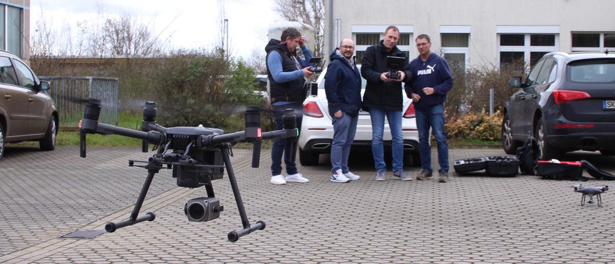 Drohne wird von Kursteilnehmern gestartet