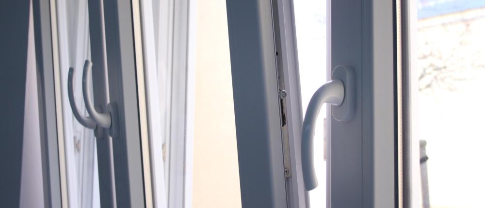 angekippte Fenster hintereinander