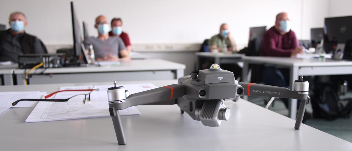 Drohne auf einem tisch vor der Lehrgangsklasse