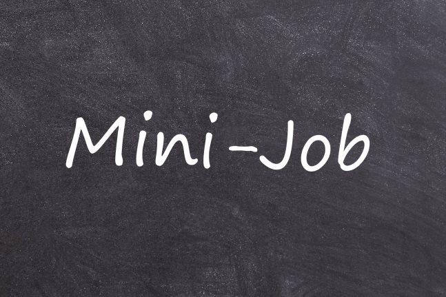 Das Wort Mini-Job auf einer Tafel geschrieben