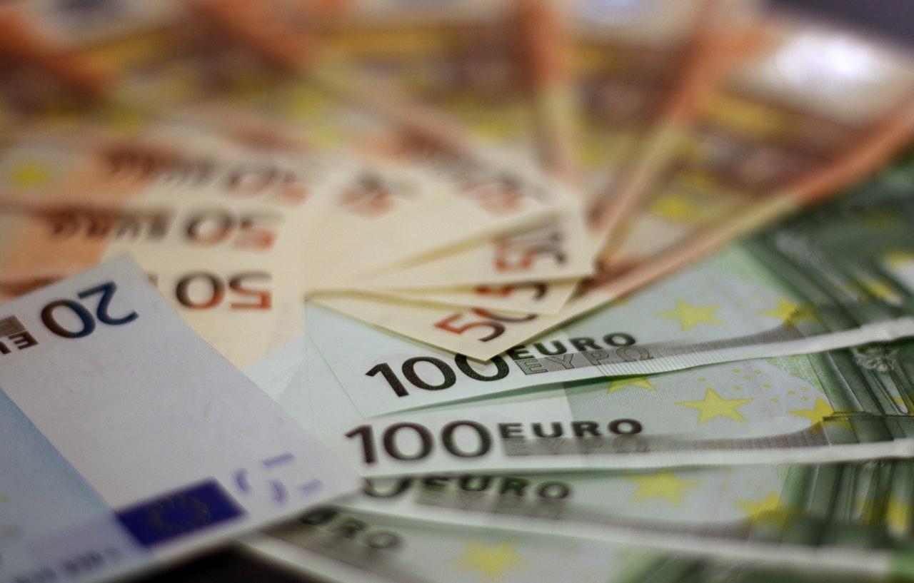 Viele im Kreis liegende Euro-Scheine