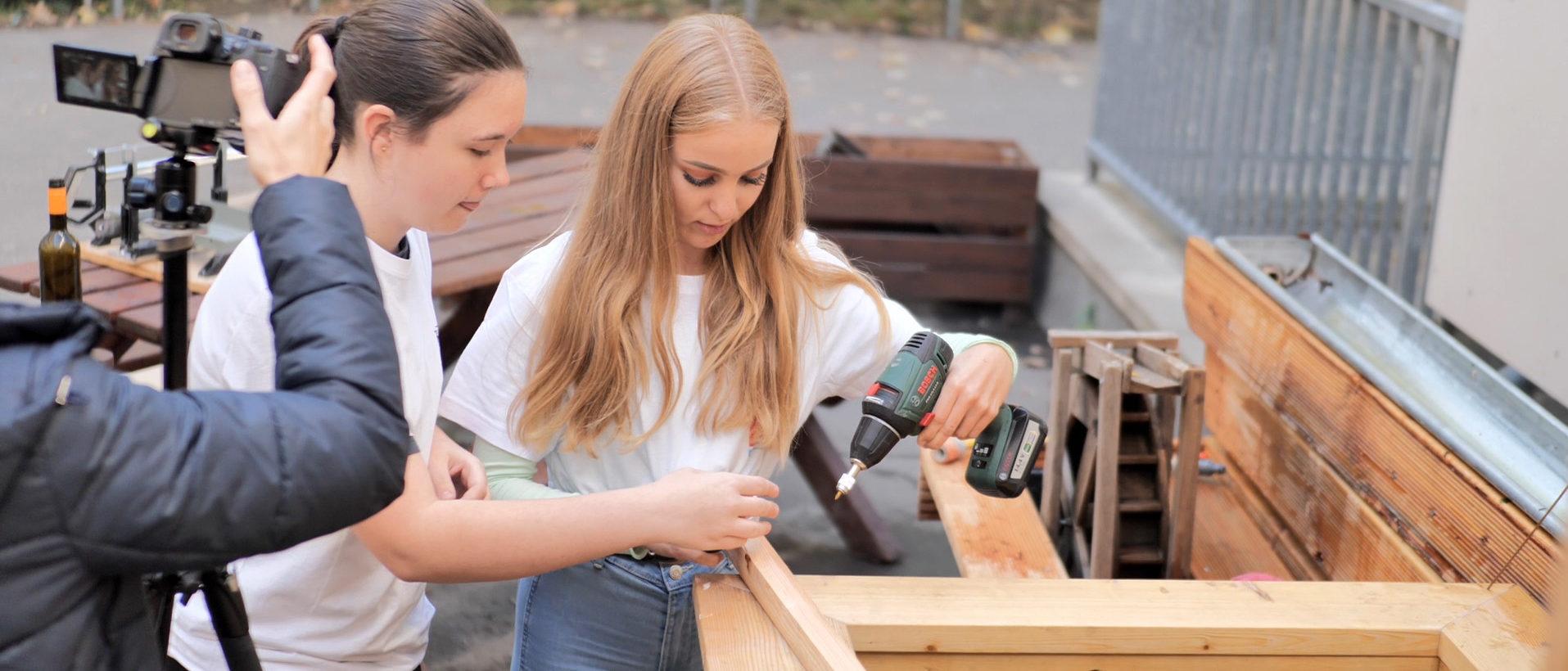 Zwei Schülerinnen der Franckeschule, die beim Handwerkswettbewerb 2020 mitgemacht haben.