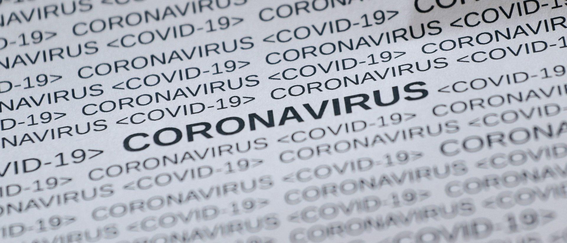 Coronavirus als Wort geschrieben auf einem A4-Blatt