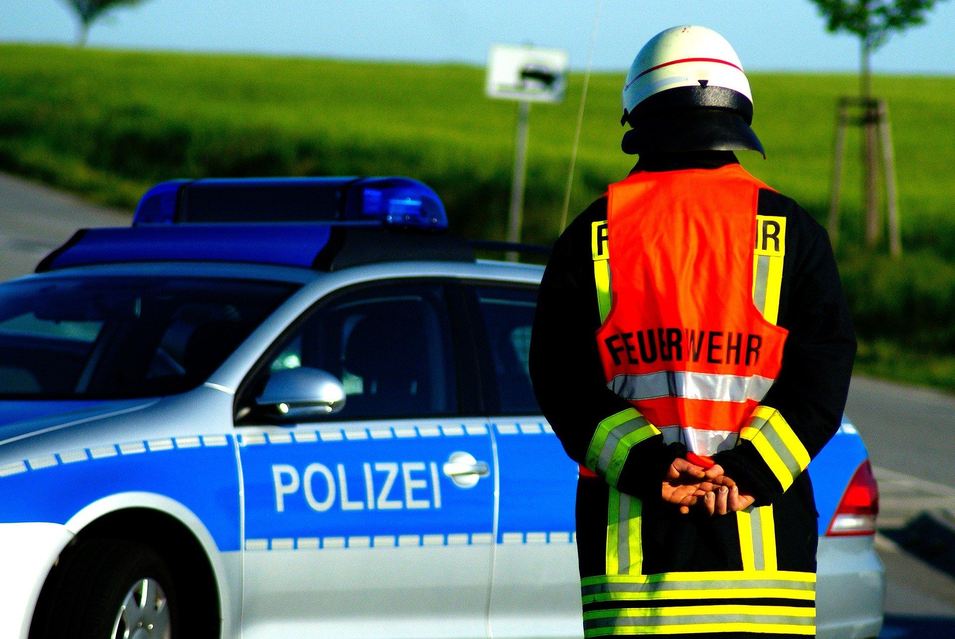Polizei und Feuerwehr sperren ein Straße ab