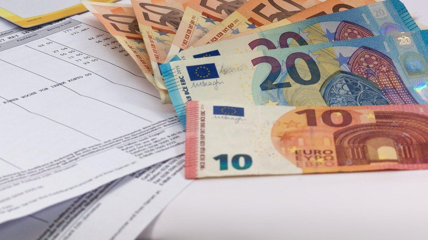 Geldscheine liegen auf einer Rechnung
