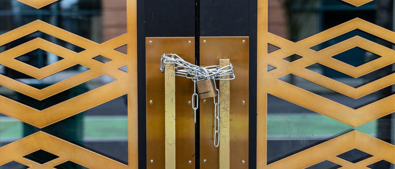 Tür mit Kettenschloss verriegelt