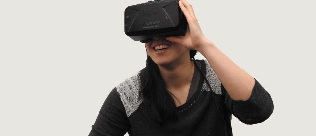 Frau hat eine Virtual Reatlity Brille auf und freut sich