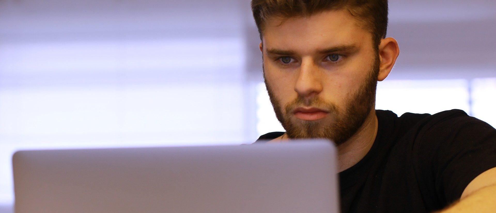 Student schaut auf seinen Laptop